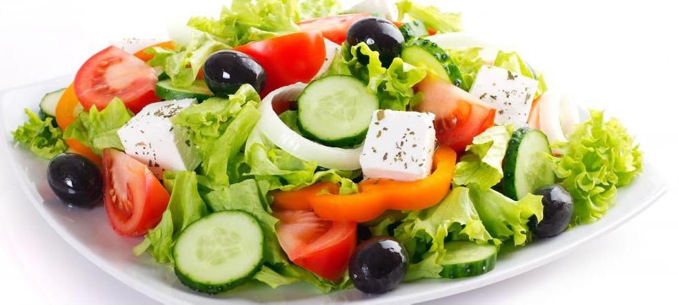Органические цельные продукты включают свежие органические овощи.