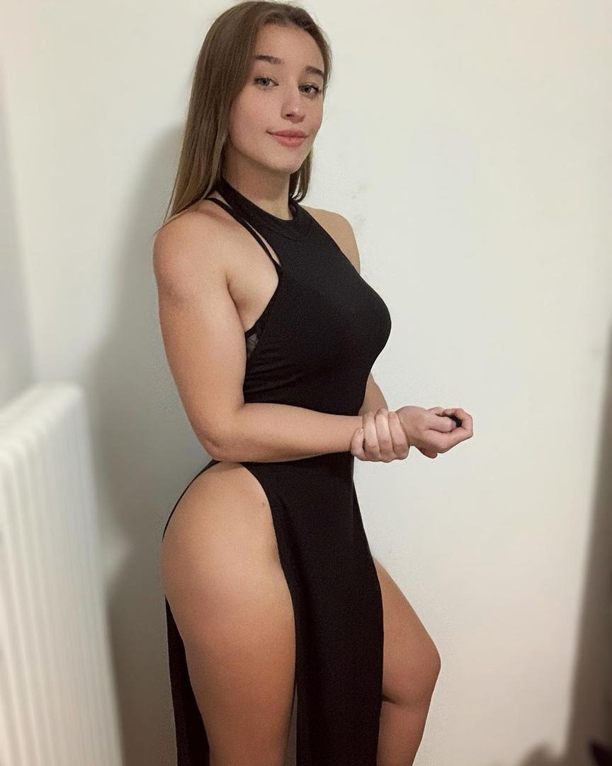 Джулия Валериани и её роскошные формы