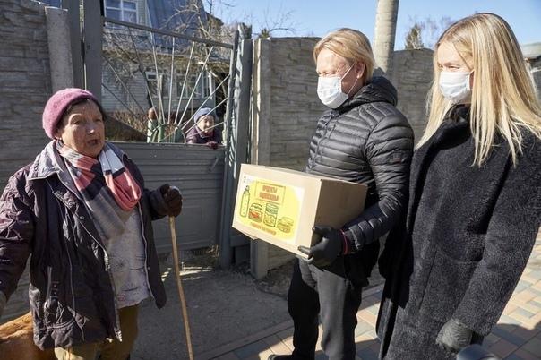 Российский актёр Дмитрий Харатьян вместе со своей женой присоединился к волонтерам и начали помогать пенсионерам во время пандемии коронавируса На личном автомобиле он развозит пожилым людям