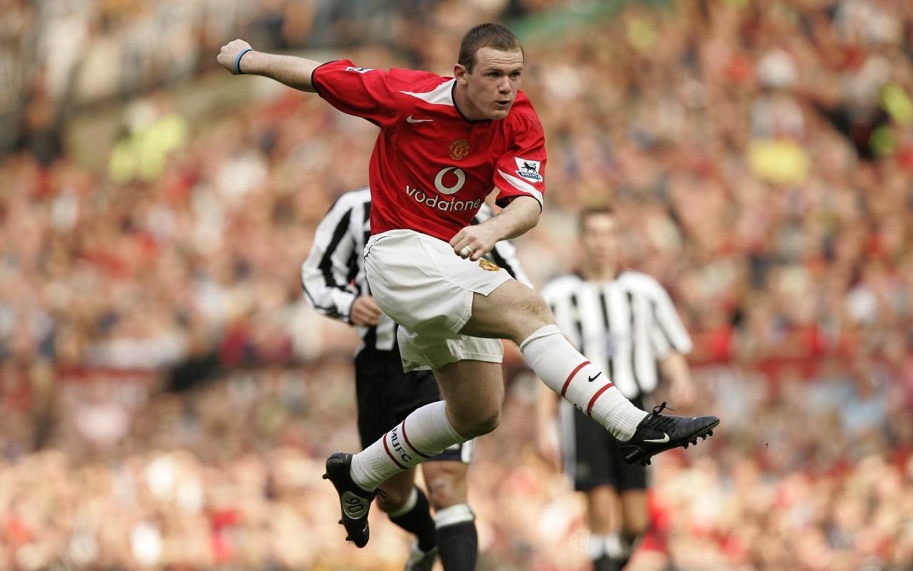 Уэйн Руни бьет по воротам. ФК Манчестер Юнайтед