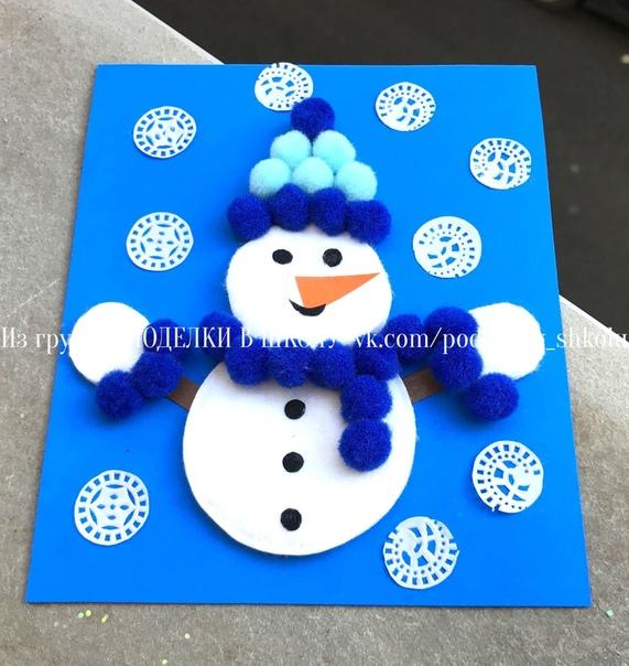 Зимние новогодние поделки аппликация «Снеговичок» из ватных дисков и помпонов Снежинки вырезала из бумажной кружевной