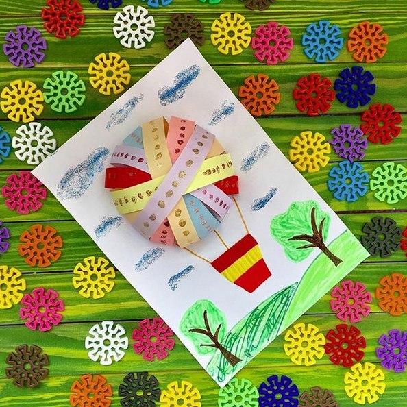 ПОДЕЛКИ ИЗ ЦВЕТНОЙ БУМАГИ Сегодня мы к вам с классной идеей для поделки Ее можно сделать даже открыткой ко дню рождения. Для работы вам понадобятся: - цветная бумага; - белый лист (фон); - клей;
