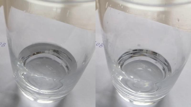 Растворение крупинок кофе в воде и перекиси водорода
