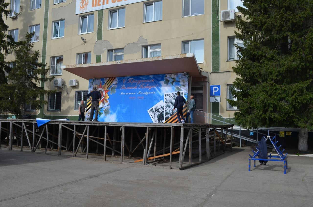 Управление культуры начало оформление центральной площади Петровска к предстоящему Дню Победы
