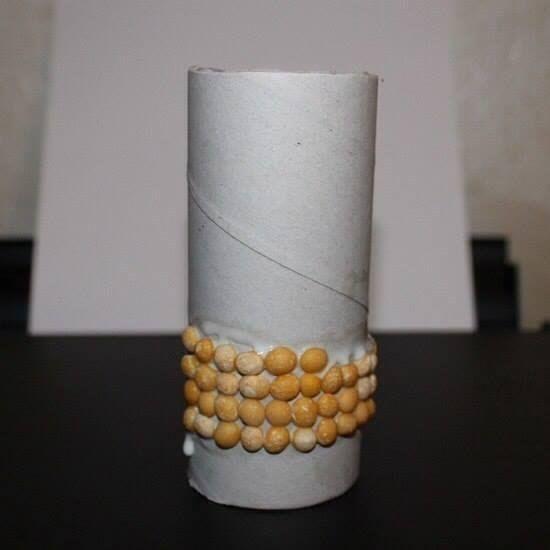 КАРАНДАШНИЦА-КУКУРУЗКА Вместе с детьми можно сделать вот такой интересный стаканчик для карандашей в виде початка кукурузы. Кстати, это отличное занятие для развития мелкой моторики!Нам