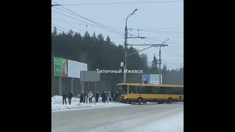 Авария Автобус въехал в опору Удмуртская Буммашевская 27 02 2021 г