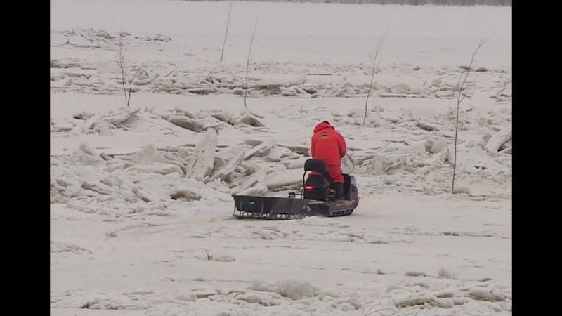 Автомобиль с двумя мужчинами провалился под лёд на Алёшкинской протоке