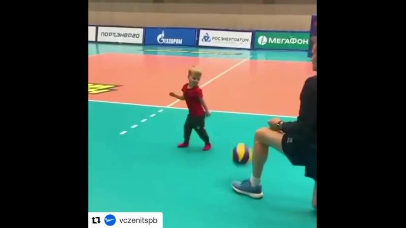 Тренировка самого маленького волейболиста