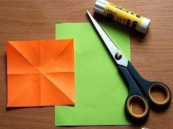 Весенние поделки. Бумажные тюльпаны! Вам понадобится: - несколько листов двусторонней цветной бумаги - ножницы - клей-карандаш. Инструкция: 1. Сначала вырежьте из оранжевого листка квадрат, для