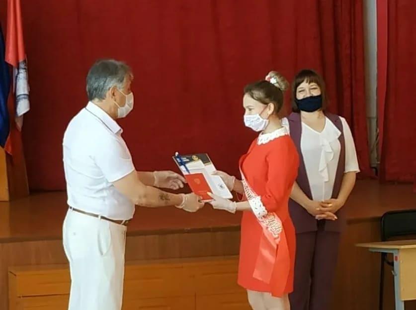 Выпускники школ Петровского района получают аттестаты об образовании