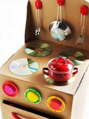 Поделки из коробок для детей Каждый день мы выбрасываем большое количество разных ненужных вещей, в том числе коробки. Большие и маленькие, разноцветные и однотонные, из-под конфет, обуви,