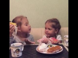 Когда ешь с подругой после шести вечера