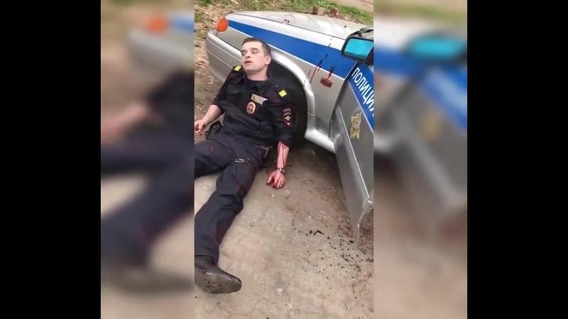 Ижевск Полицейский решил проверить велосипед у прохожего и тот напал на него с ножом У полицейского два ножевых у нападавшего