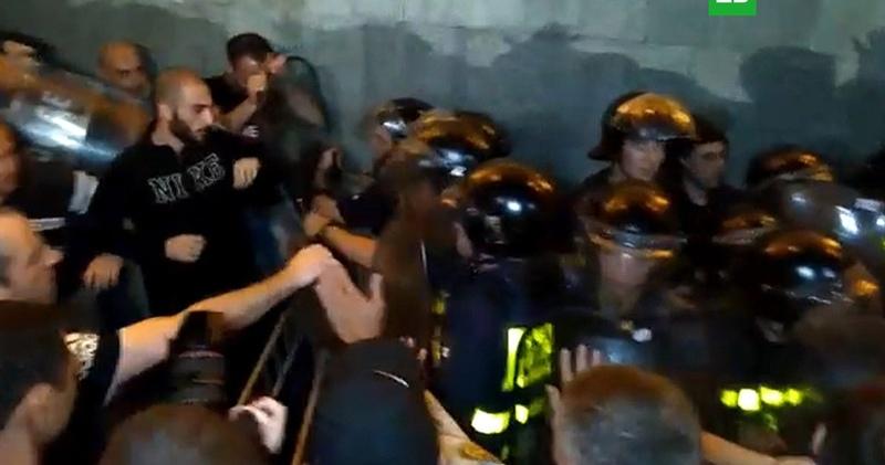 Премьер Грузии прибыл в осажденное митингующими здание парламента