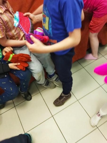 Навестили ребят, проживающих в приюте Передали им носочки из дома престарелых, которые бабульки навязали из шерстяных ниток, которые передали в дом престарелых Вы. Вот такая многоходовая