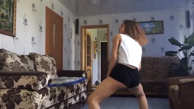 Школьница танцует тверк