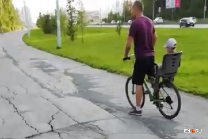 В воскресенье 11 августа на улице Вильгельма де Геннина на середине пути между Краснолесья и Объездной велосипедист сбил пятилетнего мальчика