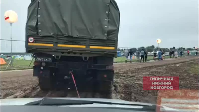 Техника Росгвардии вытаскивает из грязи машины на AFP Типичный Нижний Новгород
