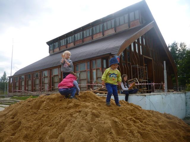 В Малом Василёво родители и ветераны облагородили детскую площадку