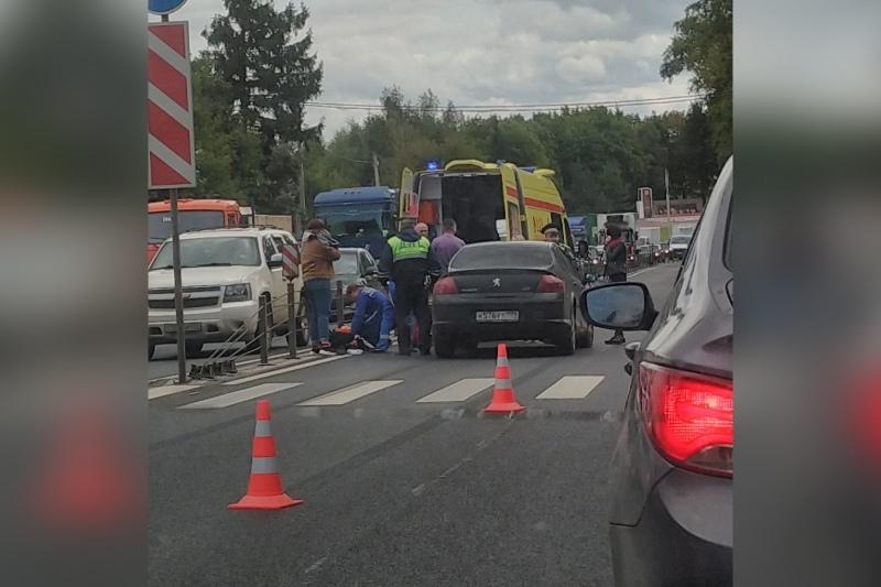Две девочки попали под колеса автомобиля на пешеходном переходе в Деденево