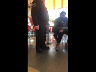 охранник выгнал бомжа из кафе