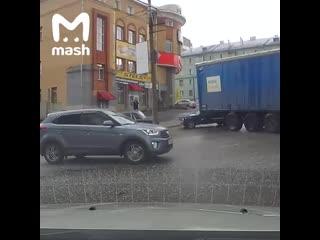 В Кирове у фуры отказали тормоза, и она поехала на людей