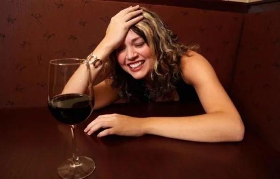 ЖЕНСКОЕ ОЗОРСТВО... Когда ты встречаешься с пьющей девушкой, тебе приходиться иметь дело с такой вещью, как пьяное женское озорство. Знаете пьяное женское озорство Это озорство на грани