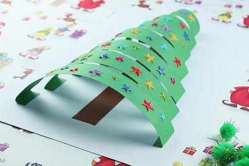 Объемная новогодняя открытка: Ёлочка выполнена из полосок разной длины.