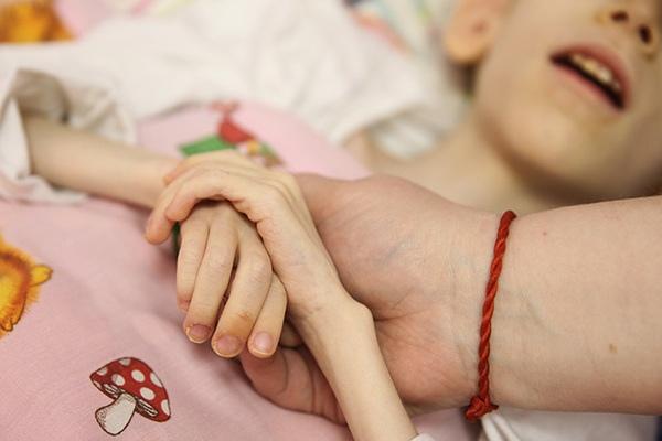 «Сыну выкручивает руки, ноги. Как еще ему помочь — я не знаю»
