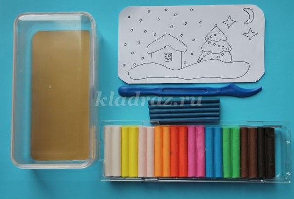 ОФОРМЛЕНИЕ НОВОГОДНЕГО ПОДАРКА В ТЕХНИКЕ ПЛАСТИЛИНОГРАФИЯ Материал: пластилин, стеки, доска для лепки, прозрачная коробочка из-под конфет. Распечатаем или рисуем шаблон новогодней картинки.