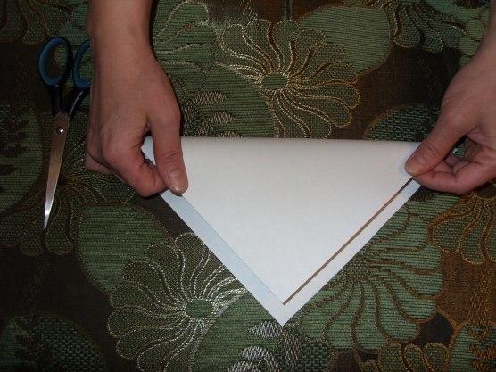ПУШИСТЫЕ СНЕЖИНКИ. МАСТЕР-КЛАСС Вырезаем квадрат из листа бумаги. Сгибаем его по диагонали. Затем сгибаем получившийся треугольник пополам. Сгибаем ещё раз пополам. Такую заготовку делали для