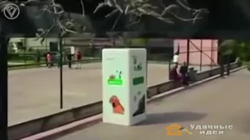 Опуская_в_автомат_пластиковую_бутылку__механизмотсыпает_в