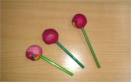 Поделка к 8 Марта: Букет цветов Материалы: - цветная крепированная бумага; - цветные бумажные салфетки; - палочки или карандаши; - куски ненужного пластилина; - атласные ленточки; - ножницы; -