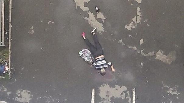 В Самаре предусмотрительная женщина выпала с 15 этажа с простыней в руках Инцидент произошёл 15 сентября, в Кировском районе. Возле 16-этажного дома было обнаружен труп женщины. Погибшей 45 лет,