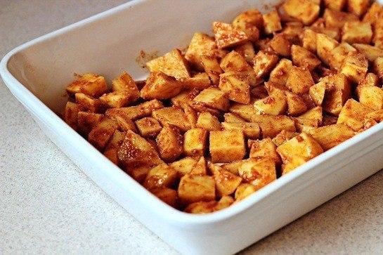 Печеный картофель с пармезаном Что нужно: Картофель (средний) 6 шт.Молотая паприка 1.5 ч. л.Оливковое масло 4 ст. л.Соль 3/4 ч. л.Тертый пармезан 5 ст. л.Молотый черный перец 1/4 ч.