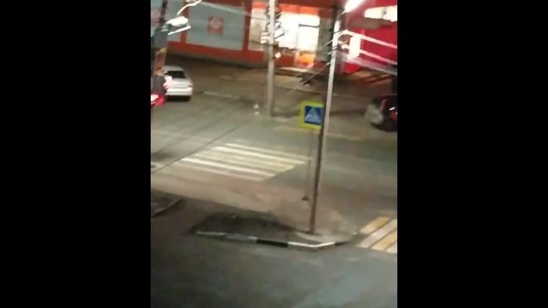 На перекрестке ул Грибоедова в 22 54 произошло столкновение двух машин Так же был сбит один человек который стоял на пеших