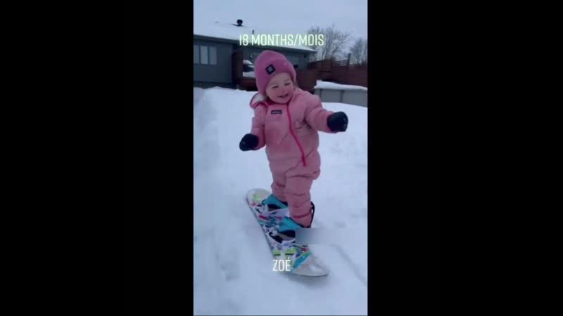 Ей всего 18 месяцев, а она уже умеет кататься на сноуборде. Да еще и так хорошо