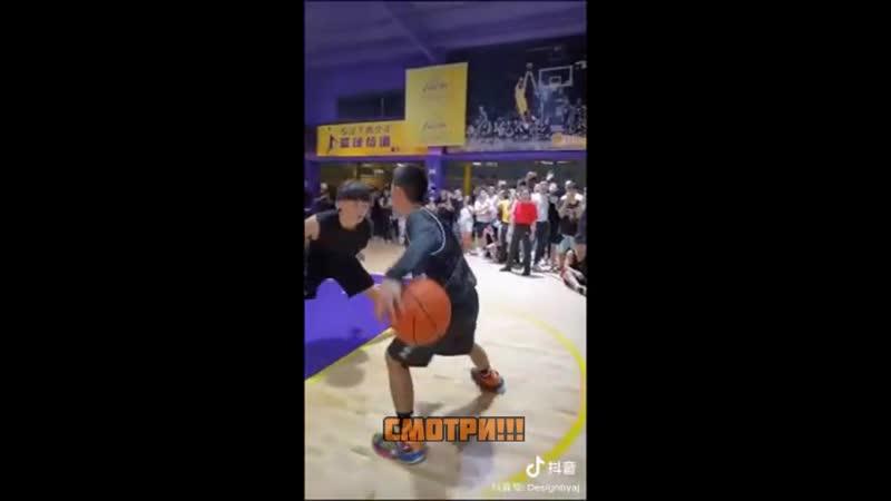 С одной рукой показал потрясающую технику игры в баскетбол