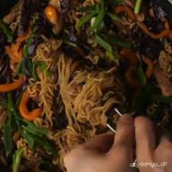 id_56280 Лапша с курицей и овощами 🥡🍜  Автор: daniya_alt  #gif@bon