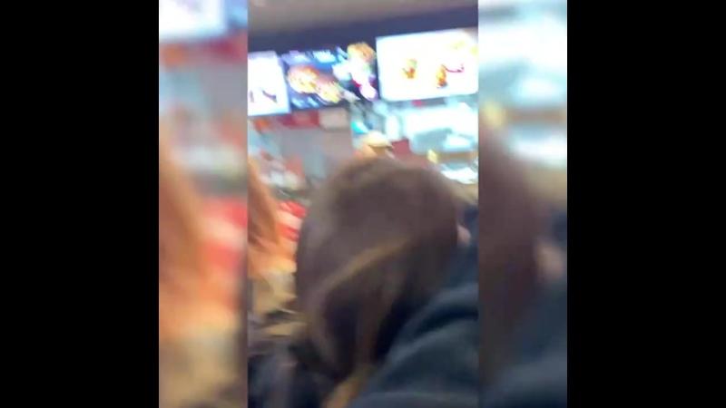 В Москве бедные и голодные молодые девочки и мальчики едва не перегрызли друг другу глотки за бесплатные гамбургеры от KFC Нав