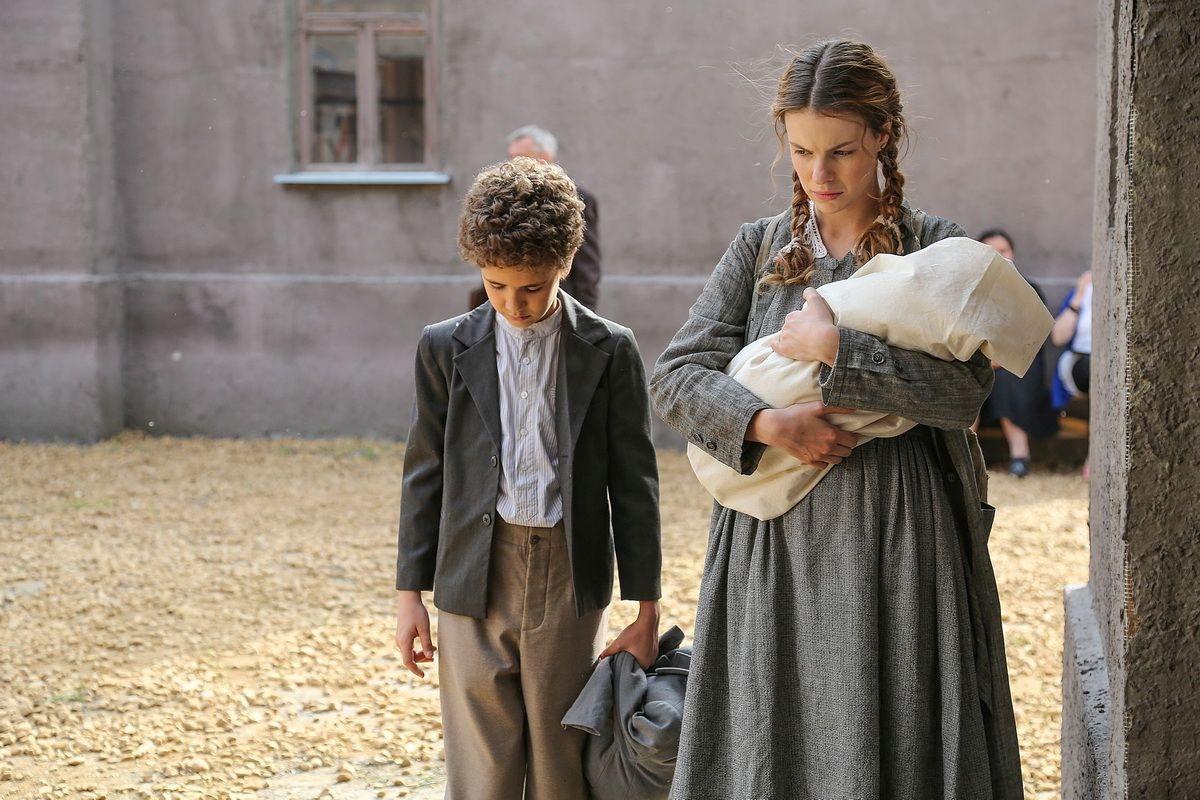 На канале «Россия 1» 26 октября в 21:20 стартует показ 16-серийной драмы «Зови меня мамой», основанной на реальных событиях.
