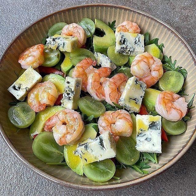 Салат с креветками, сыром и виноградом