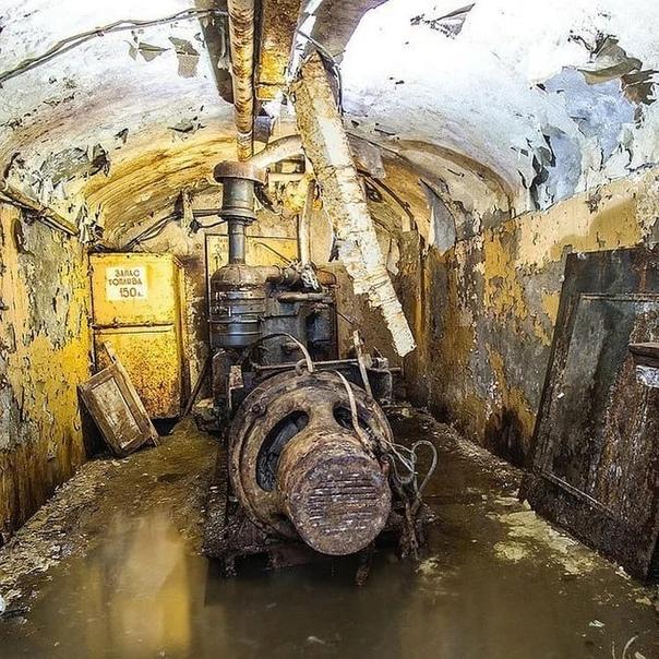 ☭ Ветхий бункер связи наш ещё и затопило. ☭А ведь ...