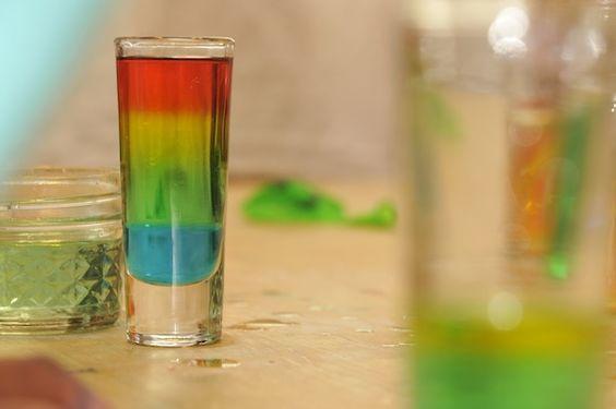 ЗАНИМАТЕЛЬНЫЕ ОПЫТЫ ДЛЯ ДЕТЕЙ. Этот опыт знают все Берем четыре стакана. В каждый стакан добавляем по 3 столовые ложки воды. Далее: - в первый стакан 1 столовую ложку сахара , краситель красного