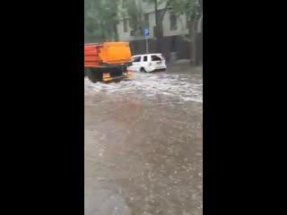 В Москве коммунальщики моют затопленные дороги. Идиоты