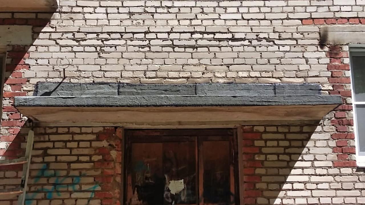 Отремонтировали козырёк над черным входом на Дачной, 1