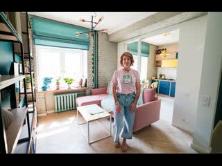 Яркая кухня-гостиная со стеклянной перегородкой, дубовым паркетом, кирпичными стенами и розовым диваном