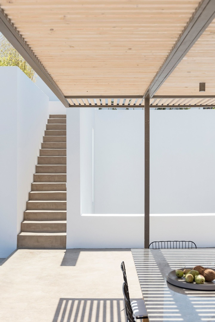 Summer Villa by Kapsimalis Architects  plays on traditional Greek whitewashed houses